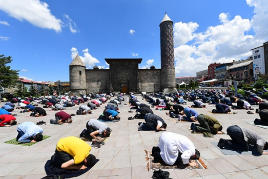 Erzurum'da Cuma; Meydanlar doldu taştı