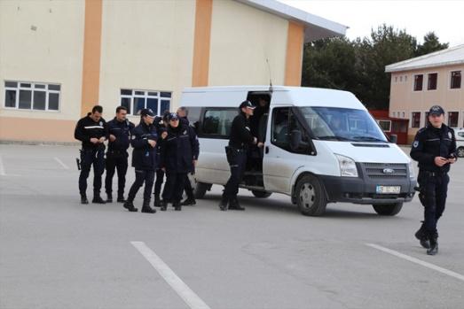 OLAY VAR DİYE OKULA GELEN POLİSE SÜRPRİZ!