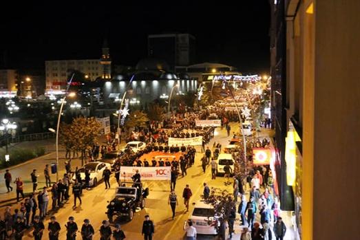 Atatürk'ün Erzurum'a gelişinin 100. yılı Fener Alayı yürüyüşü