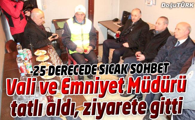VALİDEN EKSİ 25 DERECE SOĞUKTA NÖBET TUTAN POLİSLERE TATLI