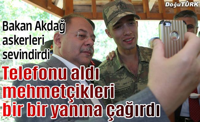 Bakan Akdağ, askerleri sevindirdi