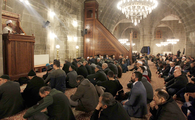 Erzurum'da camiler doldu taştı