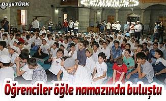 Öğrenciler öğle namazında buluştu