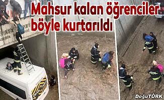 Su içinde kalan köprüde mahsur kalan öğrenciler kurtarıldı