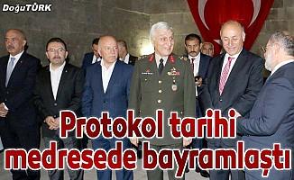 Akdağ, Erzurum'da protokolle bayramlaştı.