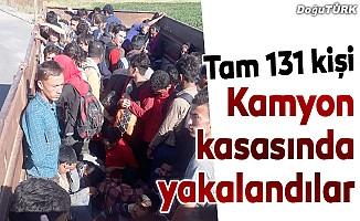 Kamyon kasasında 131 yabancı uyruklu yakalandı