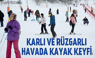 Karlı ve rüzgarlı havada kayak keyfi