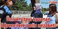 ÜNİVERSİTEYİ YENİ KAZANAN ÖĞRENCİLERİ POLİSLER KARŞILIYOR